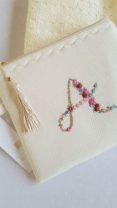 Embroidery Purse, Embroidery Alphabet, Flower Embroidery Designs, Embroidery Patterns Free, Cross Stitch Embroidery, Sewing Patterns, Hand Painted Dress, Felt Crafts Diy, Brazilian Embroidery