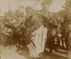 """""""Tirailleurs dansant après la prise de Samory Touré"""", photographie, 1898. © Coll. Éric Deroo/DR"""