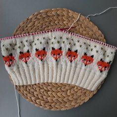 Knitting with a fox motif. It will be a beret when finished. Baby Knitting Patterns, Stitch Patterns, Crochet Patterns, Fair Isle Knitting, Beret, Knitting Projects, Knitted Hats, Free Pattern, Knit Crochet