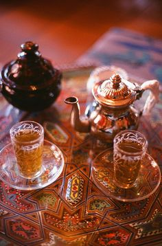 Thé à la menthe marocain Tea is a Moroccan tradition. Moroccan mint tea is know to relief gas, bloating, menstrual cramps and migraines. Coffee Time, Tea Time, Coffee Set, Café Chocolate, My Cup Of Tea, Moroccan Style, Indian Style, Afternoon Tea, Herbalism