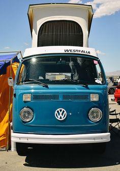 La voiture allemande Westfalia, développée par Volkswagen dans les années 1950, est synonyme d'évasion, de liberté et de l'époque Peace and love. Dans le but de vous faire voyager, je vous présente les plus belles photos de ce mythique petit camion. Si vous en possédez une, je vous invite à visiter le club des amateurs de Westfalia …