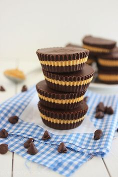 Homemade Reese's Peanut Butter Cups – These homemade peanut butter cups are fun to make, super creamy, and melt-in-your-mouth delicious! Homemade Peanut Butter Cups, Peanut Butter Recipes, Homemade Candies, Homemade Reeses Cups, Reeses Cups Recipe, Reeses Peanut Butter Cupcakes, Chocolate Peanut Butter Cups, Chocolate Fudge, Mini Desserts