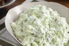 Lors de sa création, dans les années 1970, cette salade sucrée portait le nom de « Délice aux ananas et aux pistaches ». Inexplicablement, elle finit par porter le nom du tristement célèbre hôtel de Washington. Quoi qu'il en soit, voilà un accompagnement incontournable du rôti des Fêtes!