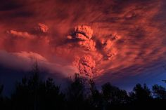 El cambio climático aumenta la actividad de los volcanes  Es algo sabido que cuando un volcán de grandes dimensiones entra en erupción puede afectar a corto plazo el clima en todo el planeta. En el caso de la erupción del Pinatubo (Filipinas) en 1991 la temperatura de la Tierra bajó medio grado en los años siguientes, por la presencia de ceniza en la atmósfera que impedía la llegada de la luz del Sol a la superficie.   Lo que parece mucho menos