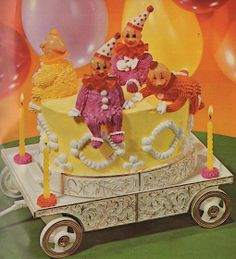 A few weeks ago, Cake Wrecks ran a side-splitting post about those little plastic clown heads cake decorators sometimes throw onto cakes i. Kitsch, Creative Desserts, Creative Cakes, Pretty Cakes, Cute Cakes, Plywood Furniture, Chinoiserie, Vintage Food Posters, 70s Party