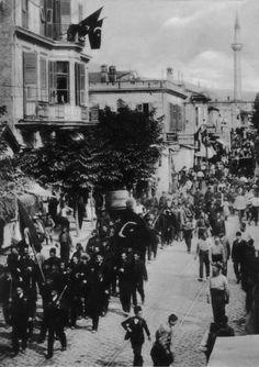Εορταστική πορεία ταχυδρομικών υπαλλήλων στην Εγνατία για την αποκατάσταση του συντάγματος το 1908 Thessaloniki, Macedonia, Historical Photos, Old Photos, Greece, The Past, Street View, Culture, Black And White