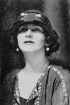 1923 An optimistic Coco saw the popularity of her little black dress soar during the Prior to her designs, the somber shade had been almost exclusively designated for wear during periods of mourning. Photo: Courtesy of Chanel Perfume Chanel, Chanel Nº 5, Chanel Brand, Chanel Fashion, Vintage Chanel, Chanel Style, Chanel Couture, Ski Fashion, Vintage Glamour