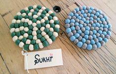 Die kleine Filzuntersetzer können mehr hilfreich sein als man es denken würde. Unsere Bloggers sind sehr damit zufrieden und verwenden diese schöne Stücke zu unterschiedlichen Dekorationsideen.  Bestellung unter: http://www.sukhi.de/spezialangefertigt-rund-filzkugelteppiche.html
