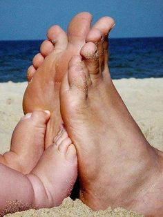 #Family #photography Dad & Baby sandy beach feet toes ToniK ~•❤• Bébé •❤•~ #Summer