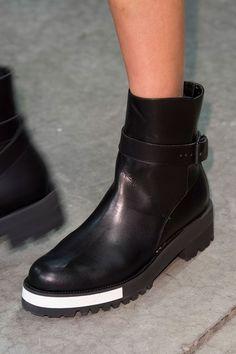 Lors des défilés, les spectateurs ont tendance à se focaliser sur les tenues. Mais la mode des défilés c'est aussi des chaussures extravagantes et sublimes. Voici donc notre best-of des chaussures des podiums de la Fashion Week automne-hiver 2015-2016 à New York.