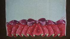 Bom dia queridas amigas, seguidoras e visitantes!   Estou vindo hoje com mais uma postagem de falso babado em panos de... Lace Patterns, Fabric Painting, Maze, Pink Crafts, Dish Towels, Curtains For Kitchen, Fabric Crafts, Bathroom Mat, Crochet Boleros