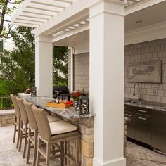 """Outdoor kitchens are so popular in sunny Florida - and why shouldn't they be? The weather is so enjoyable, especially during the """"winter"""" months. When you're ready to design and build your custom Focus Home, would you like to include an outdoor kitchen and living space similar to this pic? Contact us to learn more:  http://FocusHomes.Co"""