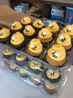 Cute bee hive cupcakes for a bee themed birthday party! Quick, easy, and a Bee-utiful dessert idea! Bee Birthday Cake, Bumble Bee Birthday, Birthday Cupcakes, Baby Birthday, Birthday Ideas, Husband Birthday, Fun Cupcakes, Cupcake Cakes, Cupcakes Design