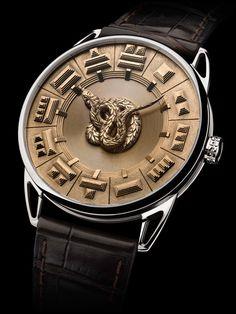 """De Bethune DB25 Quetzalcoatl não tem esse nome por acaso: """"Quetzalcoatl"""" faz referência a uma serpente plumada, considerada principal divindade dos povos pré-colombianos. Neste lançamento, o animal, completamente feito em ouro, substitui os ponteiros do relógio."""