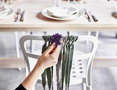 Créez des décorations pour les sièges avec des bandes de tissu et des fleurs en tissu