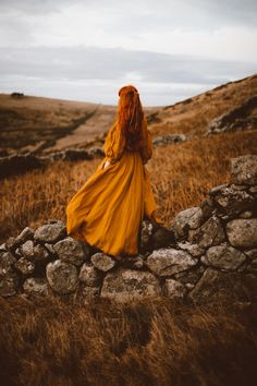 Fantasy Photography, Autumn Photography, Girl Photography, Die Nebel Von Avalon, Old Dress, Autumn Aesthetic, Aesthetic Green, Princess Aesthetic, Renaissance Dresses