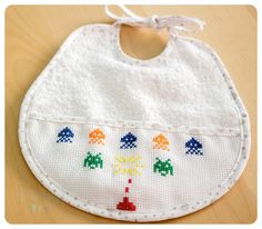 Babero bordado: Space Invaders Space Invaders, Hama Beads, Cross Stitch, Embroidery, Sewing, Crochet, Creative, Baby Room, Babys