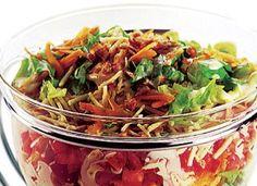"""Nem mesmo a salada fica de fora! Aprenda a fazer a <a href=""""http://mdemulher.abril.com.br/culinaria/receitas/receita-de-salada-colorida-bacon-batata-palha-548413.shtml"""" target=""""_blank"""">receita de salada colorida com bacon e batata palha</a>"""
