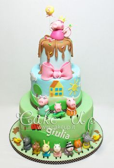 This is an incredible Peppa Pig Cake - Would look fabulous on a table of our Party products! Bolo Da Peppa Pig, Peppa Pig Birthday Cake, Peppa Pig Cakes, 3rd Birthday, Peppa Pig Y George, George Pig, Cake Pops, Cupcakes Decorados, Character Cakes