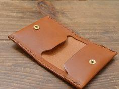小銭を取り出す動作を考えて作ったシンプルなコインケース。受け側にフラップがついているので、それが受け皿となり、落ちるのを防ぎます。