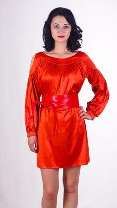 Нарядное платье с оголёнными плечами и широким контрастным чёрным поясом. Оригинально и стильно.