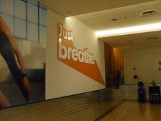 De muur van de studio. Hier staat 'Just Breathe' op. Dit is toepasselijk voor de Hatha yoga sessie die wij volgden. Hierbij is 'ademen' een belangrijk aspect. Het gaat namelijk niet alleen maar om yogahoudingen nadoen bij Hatha yoga. De ademhalingstechnieken zijn zeer belangrijk. Breathe, Yoga, Studio, Yoga Tips, Studios, Studying