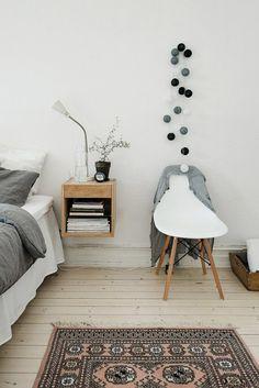 Schlaszimmer Möbel Nachttisch Bett Eames Stuhl weiß                                                                                                                                                     Mehr