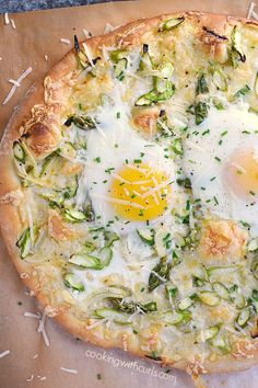 This fresh, delicious, and perfect for spring Asparagus Brunch Pizza will make everyone in the family hungry for more! via Lisa Johnson Breakfast Pizza, Breakfast Dishes, Breakfast Recipes, Breakfast Ideas, Mexican Breakfast, Breakfast Sandwiches, Pizza Recipes, Brunch Recipes, Healthy Recipes