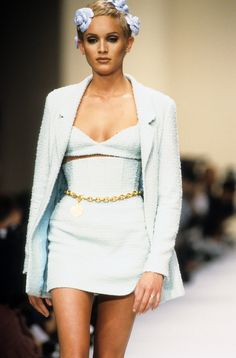 Chanel Spring 1994 Ready-to-Wear Fashion Show - Moda - Chanel Spring 1994 Ready-to-Wear Fashion Show – Wallis Franken– - Look Fashion, 90s Fashion, Runway Fashion, Fashion Models, High Fashion, Vintage Fashion, Fashion Outfits, Fashion Design, Fashion Trends