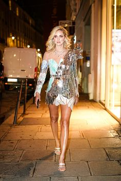 Chiara Ferragni Fashion Look. #chiaraferragni #parisfashionweek2019 #parishautecouture #parishautecoutureweek #fashionweek #londonfashionweek #lfw #parisfashionweek #fashionblogger #fashionista #styleblogger #lookbook #ootd #fashionblogger_ch #fashionbloggeruk #fashionblogger_it #fashionbloggerdubai #fashionblogger_fr #fashionblogger_uk