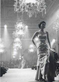 Modello di Maria Antonelli nella sfilata nella Sala Bianca di Palazzo Pitti, Firenze 1955
