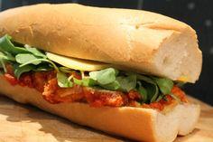 Parmezános csirkés szendvics Hot Dog Buns, Hot Dogs, Ciabatta, Dinner Recipes, Bread, Chicken, Ethnic Recipes, Food, Recipes