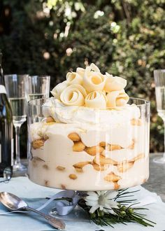 limoncello sponge finger trifle is a crowd pleaser - H. Coetzee -This limoncello sponge finger trifle is a crowd pleaser - H. Köstliche Desserts, Delicious Desserts, Yummy Food, Healthy Desserts, Christmas Desserts, Christmas Baking, Christmas Trifle, Christmas Cupcakes, Sweet Recipes