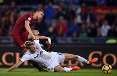 Roma's forward from Bosnia Erzegovina Edin Dzeko (L) vies with Bologna's Swedish defender Filip Helander during the Italian Serie A football match Roma vs Bologna on October 28, 2017 at the Olympic Stadium in Rome. / AFP PHOTO / FILIPPO MONTEFORTE - 36 of 93