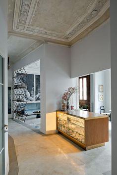 Do corredor avista-se o bufê desenhado por Pietro Russo para delimitar a cozinha e a sala de jantar, além do living ao fundo