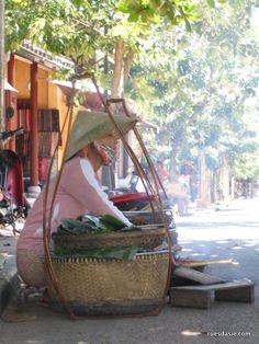 Hoi An : Vendeuse de rue dans la ville classée au Patrimoine Mondial de l'UNESCO Hoi An, Hanoi, Chinoiserie, Vietnam Voyage, Unesco, Southeast Asia, Hanging Chair, Centre, Things To Do
