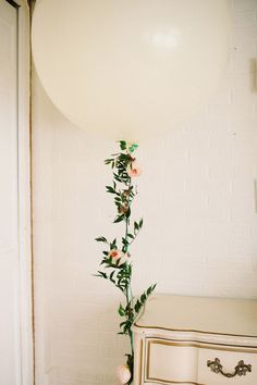 DON'T GIVE UP ON BALLOONS JUST YET: How genius is this flower wrapped balloon string?