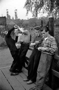 Górnicy po służbie w Bytomiu, 1956 roku / Off-duty miners in Bytom, Poland, 1950s Aesthetic, Black White Photos, Black And White, Research Images, The Old Days, Great Photographers, Magnum Photos, Man In Love, Vintage Black