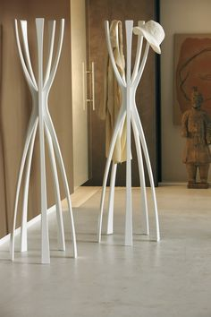 Fabuloso perchero de pie de diseño, modelo Flamingo de Porada en madera maciza de nogal. medidas 48 x 170 h. colores nogal, wengue y lacado.