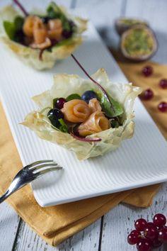 Cestino con roselline di salmone: Questi croccantissimi #cestini con roselline di #salmone affumicato sono perfette per una cenetta a due e a lume di candela! Prova questa idea e dimmi se ti piace!