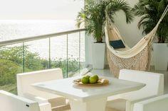 Pensando en aumentar la luminosidad interior y aprovechar la frescura típica del clima de Santa Marta, la estructura del proyecto ha sido dimensionada para crear apartamentos de altura libre de 3 metros con amplios ventanales y balcones.