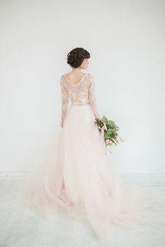 Questo vestito è così delicato e ariosa come una caramella di cotone! La parte superiore è realizzata con unico pizzo francese e foderata internamente con una più morbida seta. La scollatura è ricamata a mano con strass, cristalli e perline. La gonna è fa