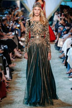 Elie Saab is the renowned name of the fashion industry. The main designer workshop of Elie Saab is located in Lebanon while there is… Elie Saab Haute Couture, Haute Couture Paris, Style Haute Couture, Juicy Couture, Fashion Weeks, Fashion 2017, Runway Fashion, Fashion Show, Fashion Design