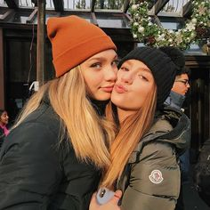 Best friend photos, best friend goals, friend pictures, sister friends, just friends Cute Friend Pictures, Best Friend Pictures, Cute Photos, Friend Pics, Tumblr Bff, Sisters Goals, Maddie And Mackenzie, Mackenzie Ziegler Solos, Friend Pictures