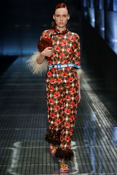 Sfilata Prada Milano - Collezioni Primavera Estate 2017 - Vogue
