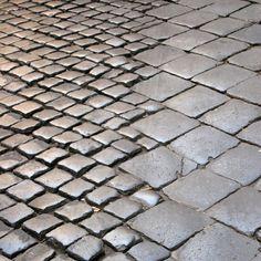 Texture au sol Variations of scale - Roman paving stones Detail Architecture, Landscape Architecture, Floor Patterns, Textures Patterns, Urban Landscape, Landscape Design, Jardin Decor, Paving Pattern, Paving Stones