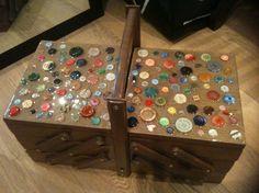 A partir d'une vieille travailleuse : la boite à couture de ma soeur. Entièrement poncée, teintée, vernis et décorée avec des boutons récupérés + résine. Beaucoup de boulot mais le résultat en valait la peine !