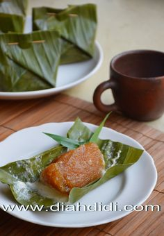 Diah Didi's Kitchen: Rondo Kemul..^_^ Indonesian Desserts, Indonesian Cuisine, Asian Desserts, Sweet Desserts, Tamales, Diah Didi Kitchen, Malay Food, Traditional Cakes, Food Videos