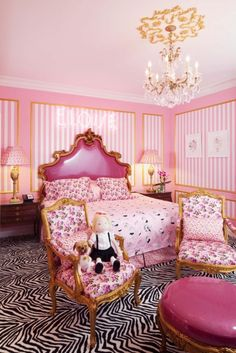 Eloise Suite at the Plaza Hotel in New York designed by Betsey Johnson. pink bed pink chair pink walls i love eloise and betsey johnson! Plaza Hotel New York, Boutique New York, Eloise At The Plaza, Themed Hotel Rooms, Plaza Suite, Mid-century Modern, Plaza Design, Design Hotel, Turbulence Deco