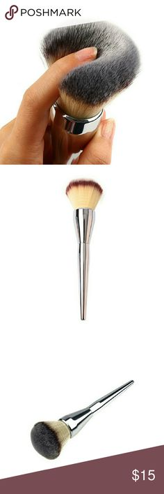 NEW Large Makeup Powder, Bronzer Brush Brand new, in package. Great item, very good quality. Super soft bristles work perfectly for powder or bronzer. I love mine!! Makeup Brushes & Tools